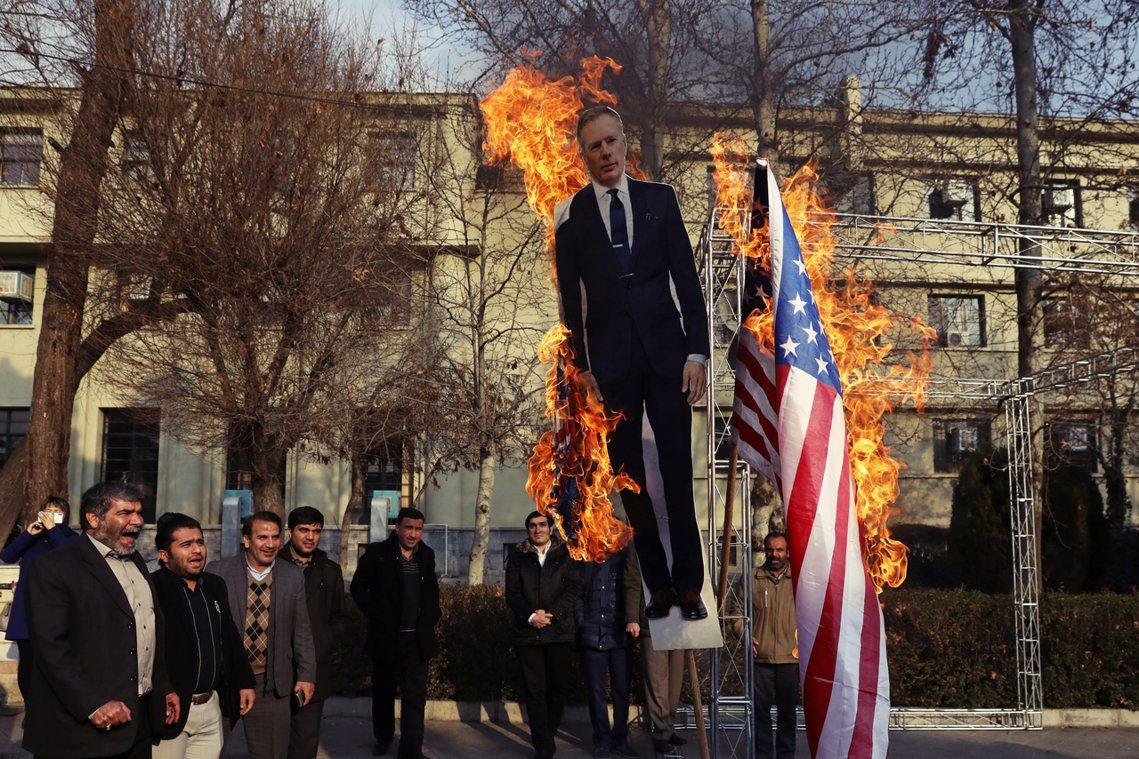 內外交迫、蠟燭多頭燒的伊朗當局,也因為英國駐伊大使馬凱爾(Rob Macaire...