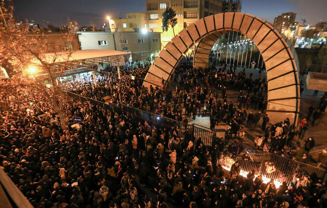 自11日開始,以德黑蘭為首的多座城市,陸續湧現大批示威者上街抗議、高呼「最高領袖...