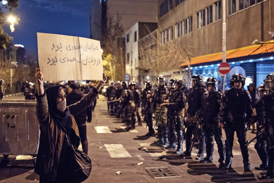 圖為11日,德黑蘭抗爭民眾與警方對峙。 圖/法新社
