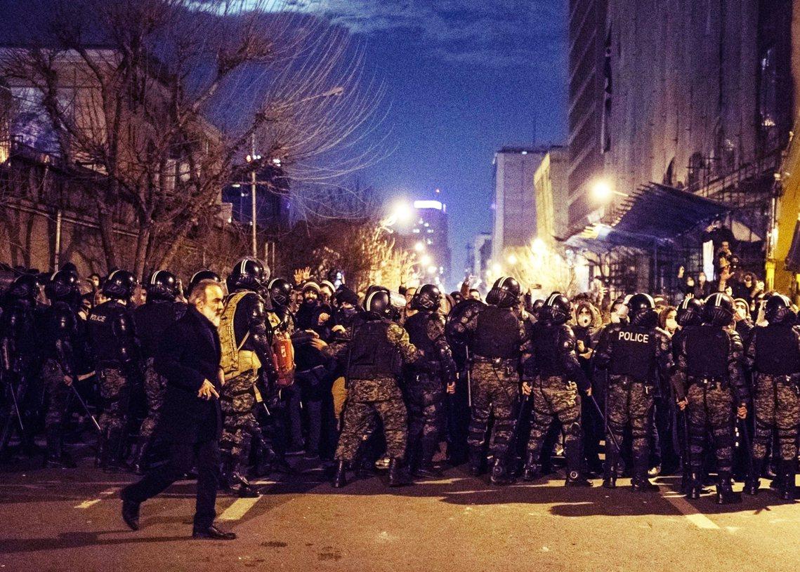 圖為11日,伊朗鎮暴警察出動,防堵並驅離抗爭人潮。 圖/法新社