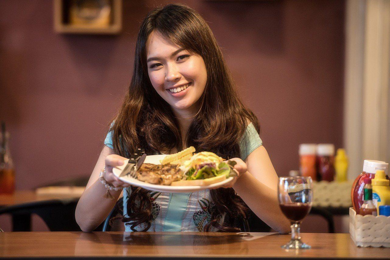 女孩到男友家吃飯,因分菜舉動挨批沒教養。 圖片來源/pixabay