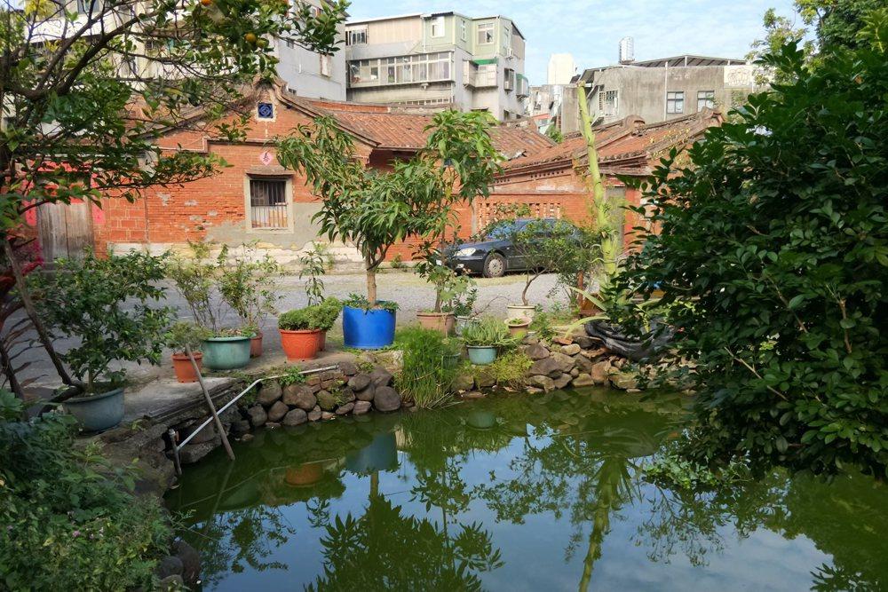 鉅鹿堂風水池塘局部,水源來自屋頂雨水之蒐集。 圖/作者自攝