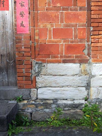 鉅鹿堂磚石運用細節,呈現出材料多樣性與不同時代之材料。 圖/作者自攝