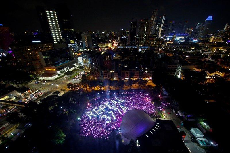 新加坡仍保有第377A男同性行為入罪一項。圖為民眾聲援廢除該法條。 圖/路透社