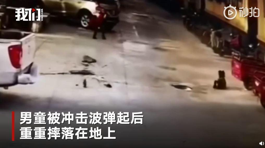 人孔蓋也被噴到3公尺高,所幸墜落時沒有砸到人。圖擷自微博