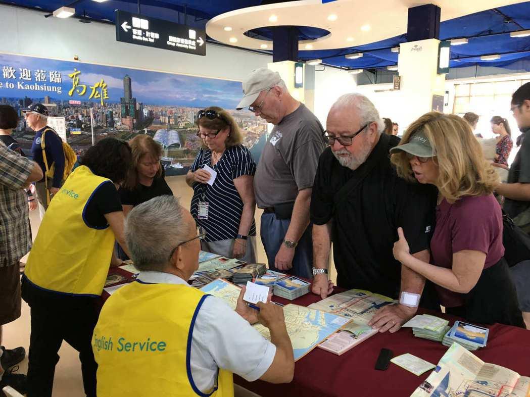 高雄市海洋局在九號碼頭設有郵輪旅客服務櫃台,提供旅遊資訊。 圖/王昭月攝影