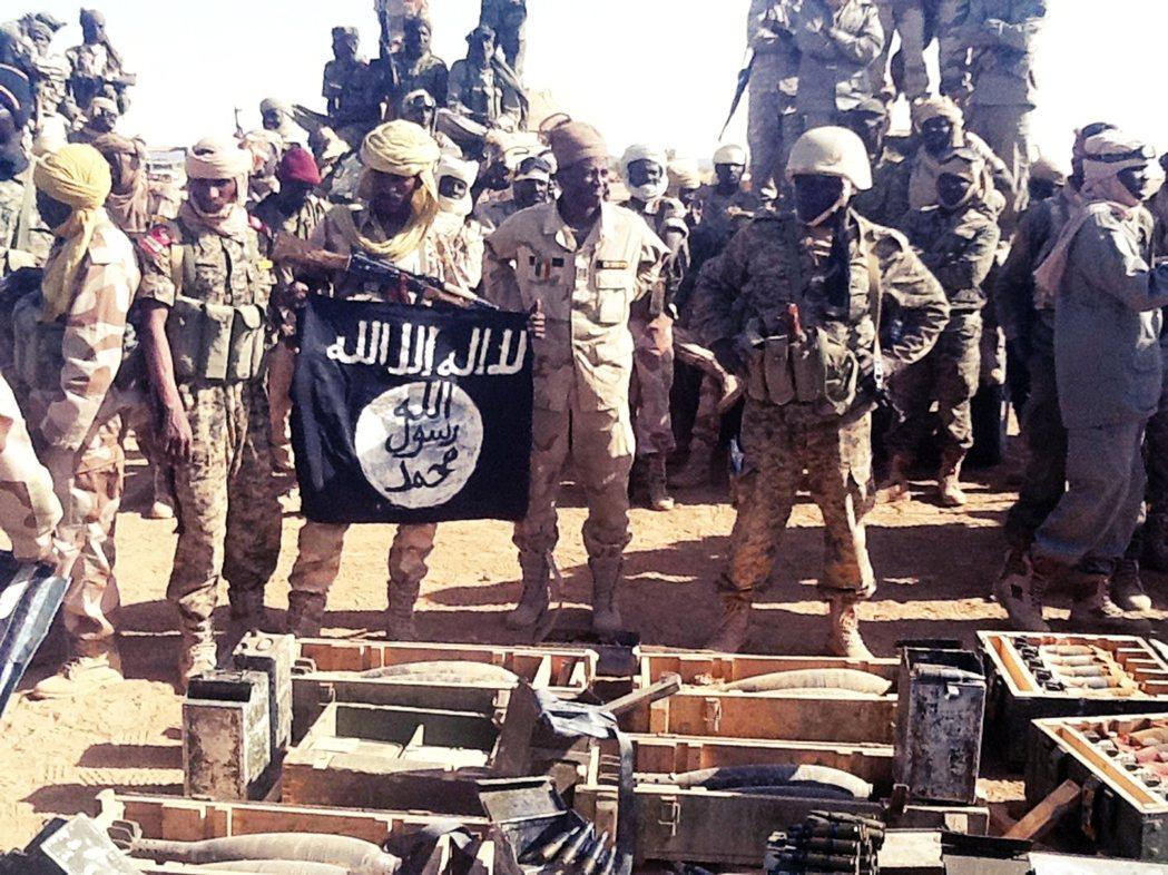 圖為2013年,查德政府軍與伊斯蘭極端民兵衝突過後,搜獲恐怖組織伊斯蘭馬格里布蓋...