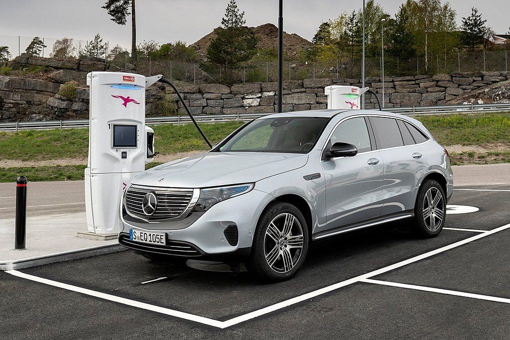 德國豪華車廠賓士成立EQ節能子品牌,更推出首款作品EQC純電休旅進攻電動車市場。...