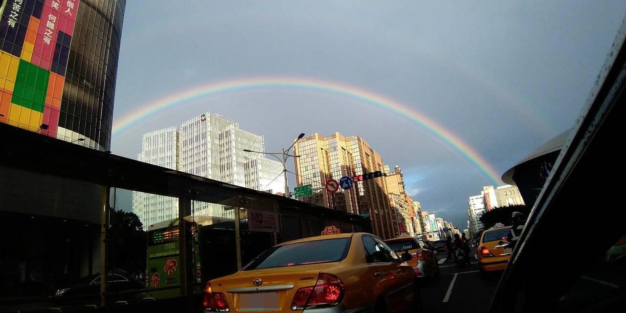 近日降雨不斷,不過今(15日)下午卻出現了難得一見的雙彩虹。圖/讀者提供