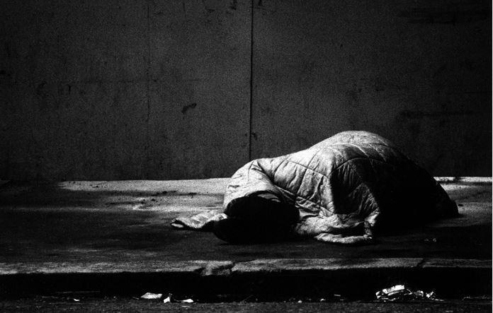 男子路邊乞討2年,真實身分竟是富二代。圖片來源/ingimage