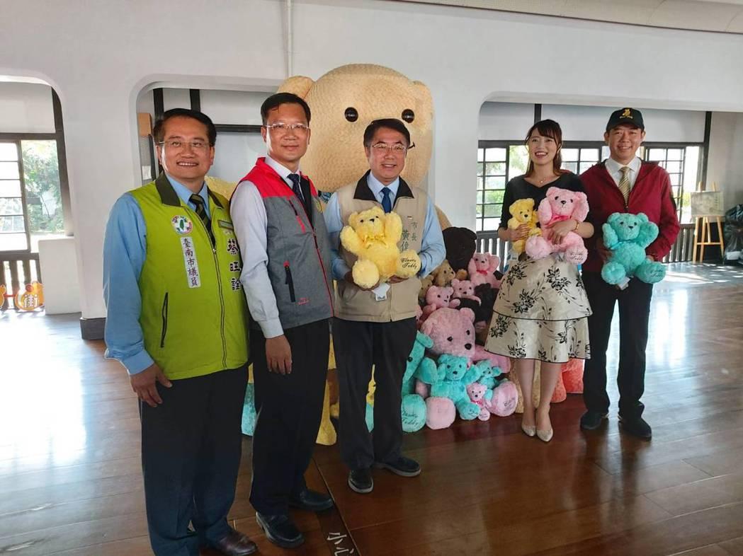 武德殿室內佈置泰迪熊展示拍照專區,台南市長黃偉哲(左3)與台南親善大使高橋紫微(...