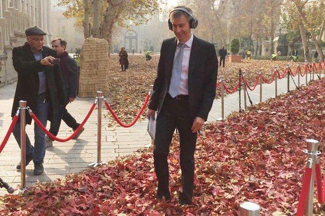 萊特納大使在伊朗首都德黑蘭參觀裝置藝術。(https://twitter.com...