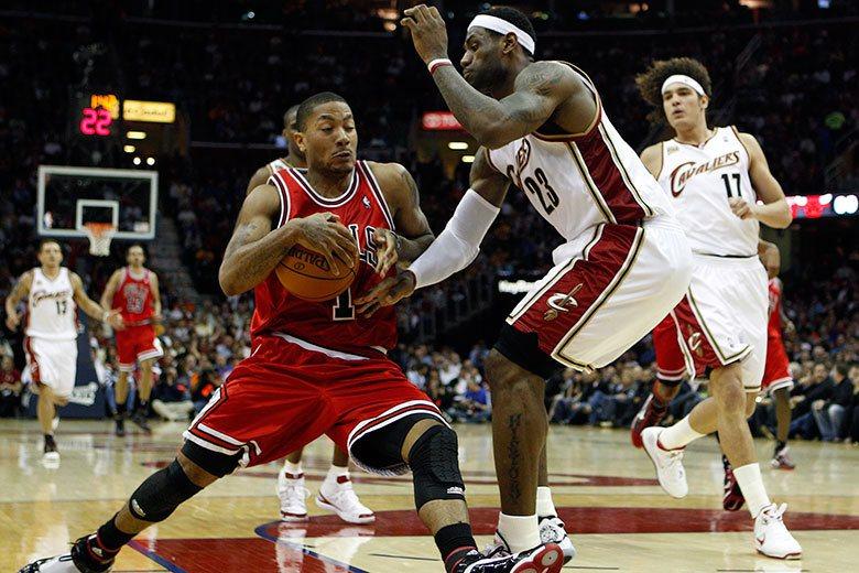 羅斯(左)在2010-11球季拿下年度MVP,中斷了詹姆斯(右二)的三連霸挑戰,...