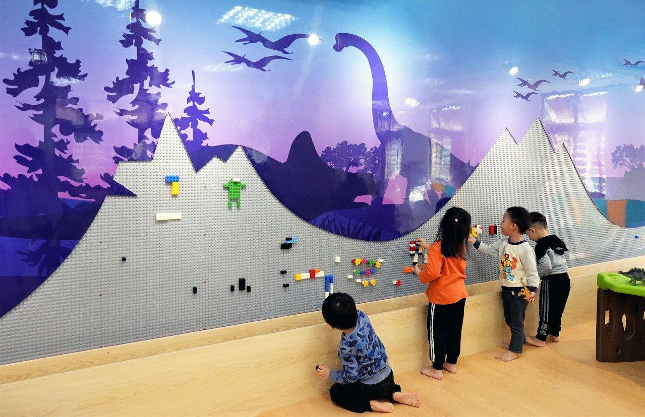 新北市圖書館蘆洲兒童親子分館經過改造後,搖身一變成為小朋友最愛的「恐龍圖書館」。...
