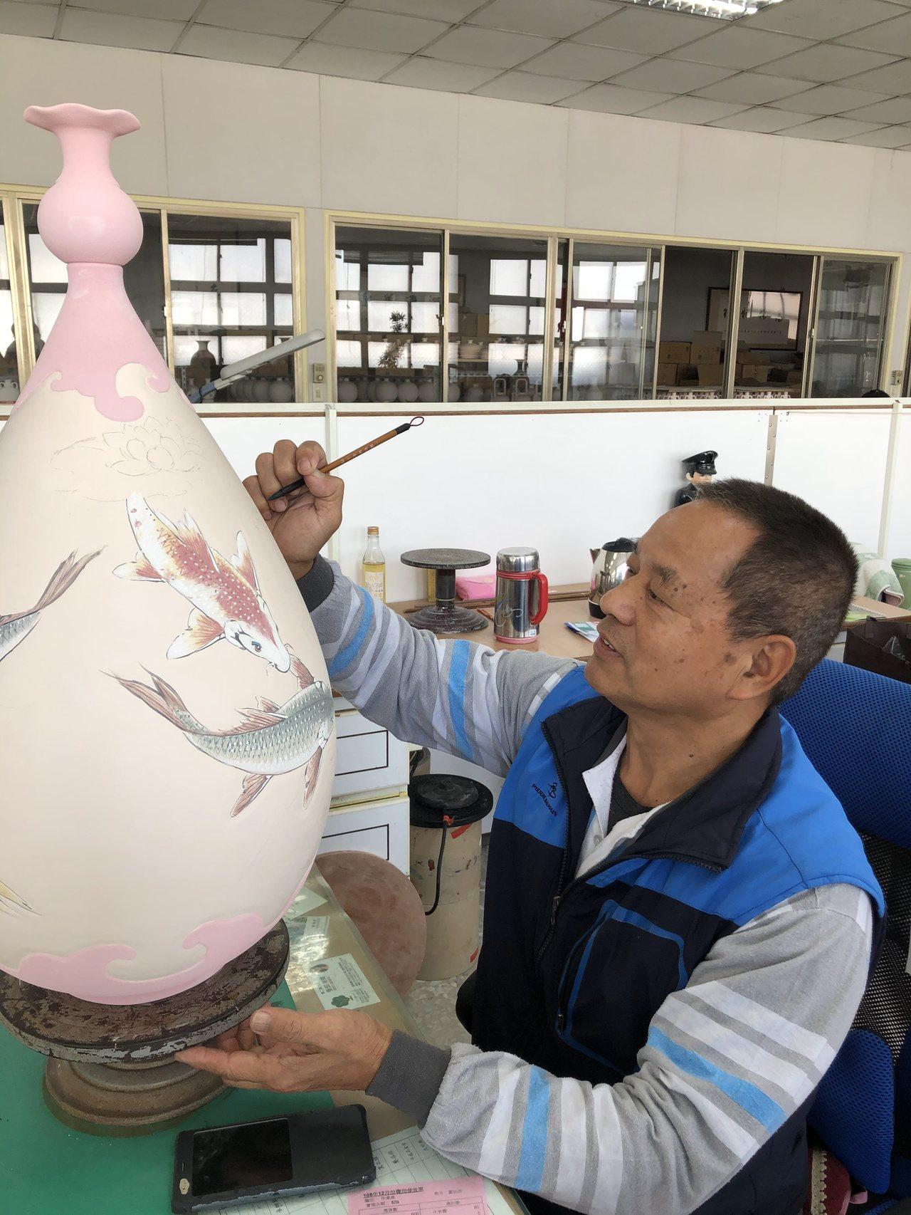 任職於全國唯一官窯「金門縣陶瓷廠」的董加添,40多年來從小學徒蛻變成大師級匠師,...