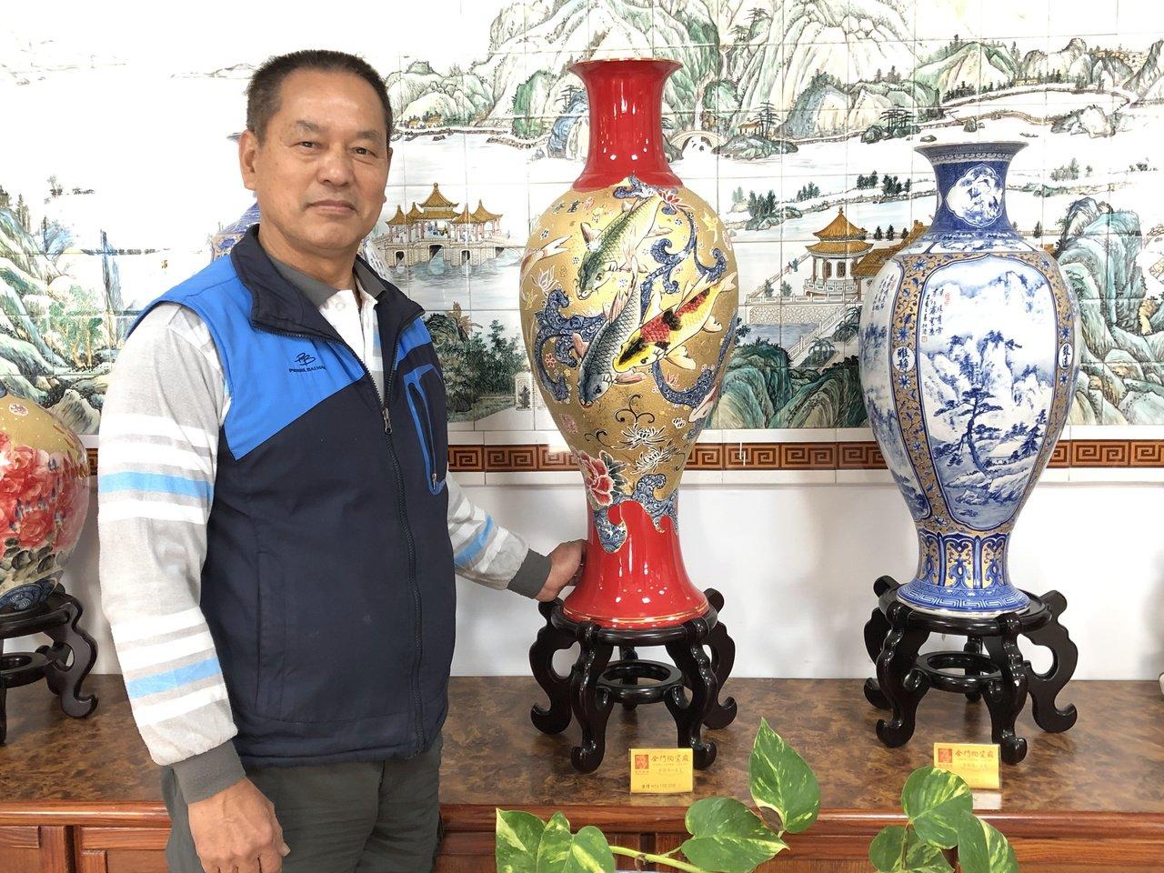 董加添在金門縣陶瓷廠待了40多年,創作了上千件的作品,廠內的重點銷售商品有多件都...