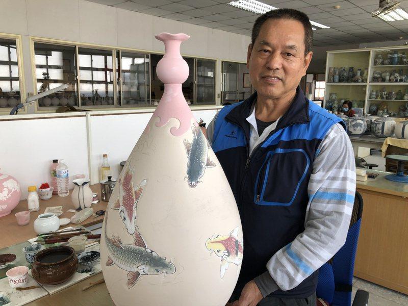 「金門縣陶瓷廠」最資深的匠師董加添,即將退休,不少同事都覺得相當可惜。記者蔡家蓁/攝影