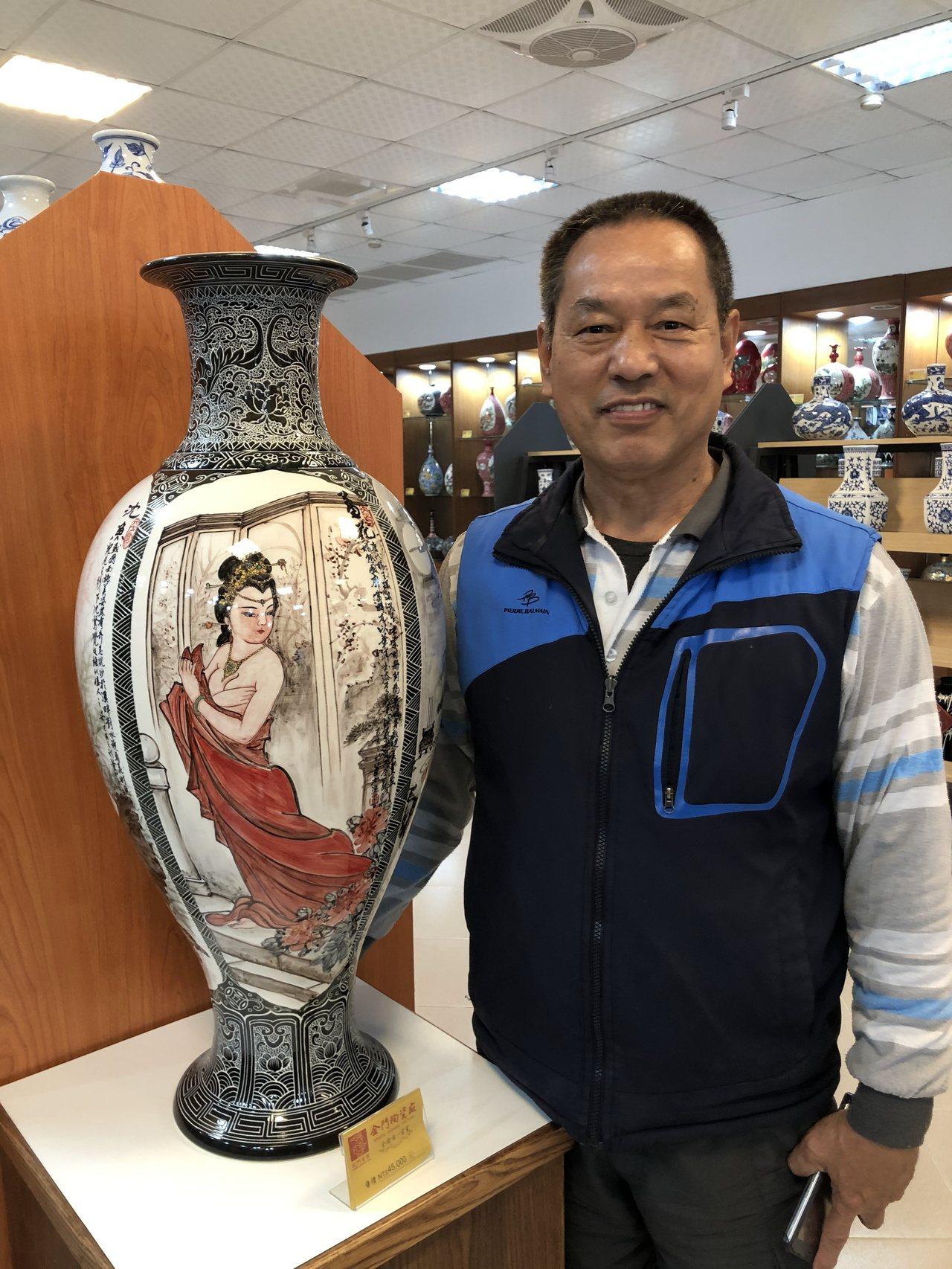 董加添擅長畫山水與人物等,圖為他畫的中國四大美人瓷瓶。記者蔡家蓁/攝影