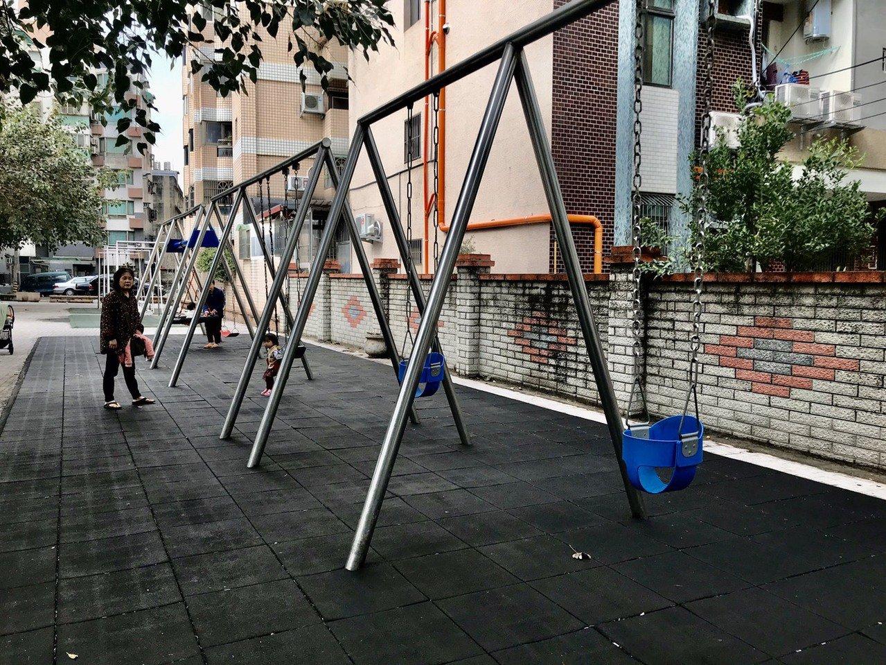新竹縣竹北市豆子埔公園集合4種不同形式的鞦韆,讓家長多一個帶小孩出門遊玩的去處。...