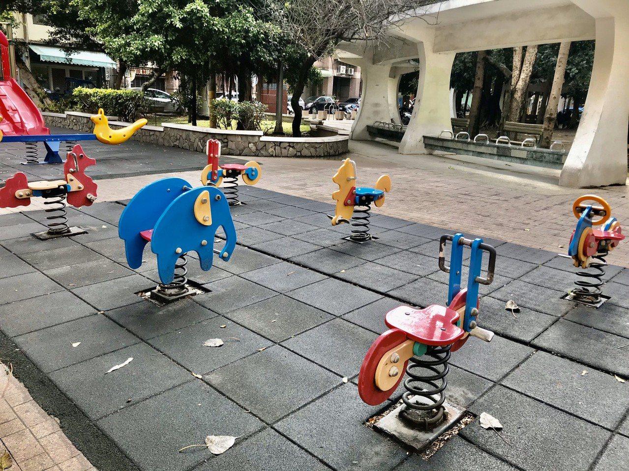 新竹縣竹北市豆子埔公園集合4種不同形式的鞦韆,現場也有幼兒喜歡的搖搖馬。記者郭政...