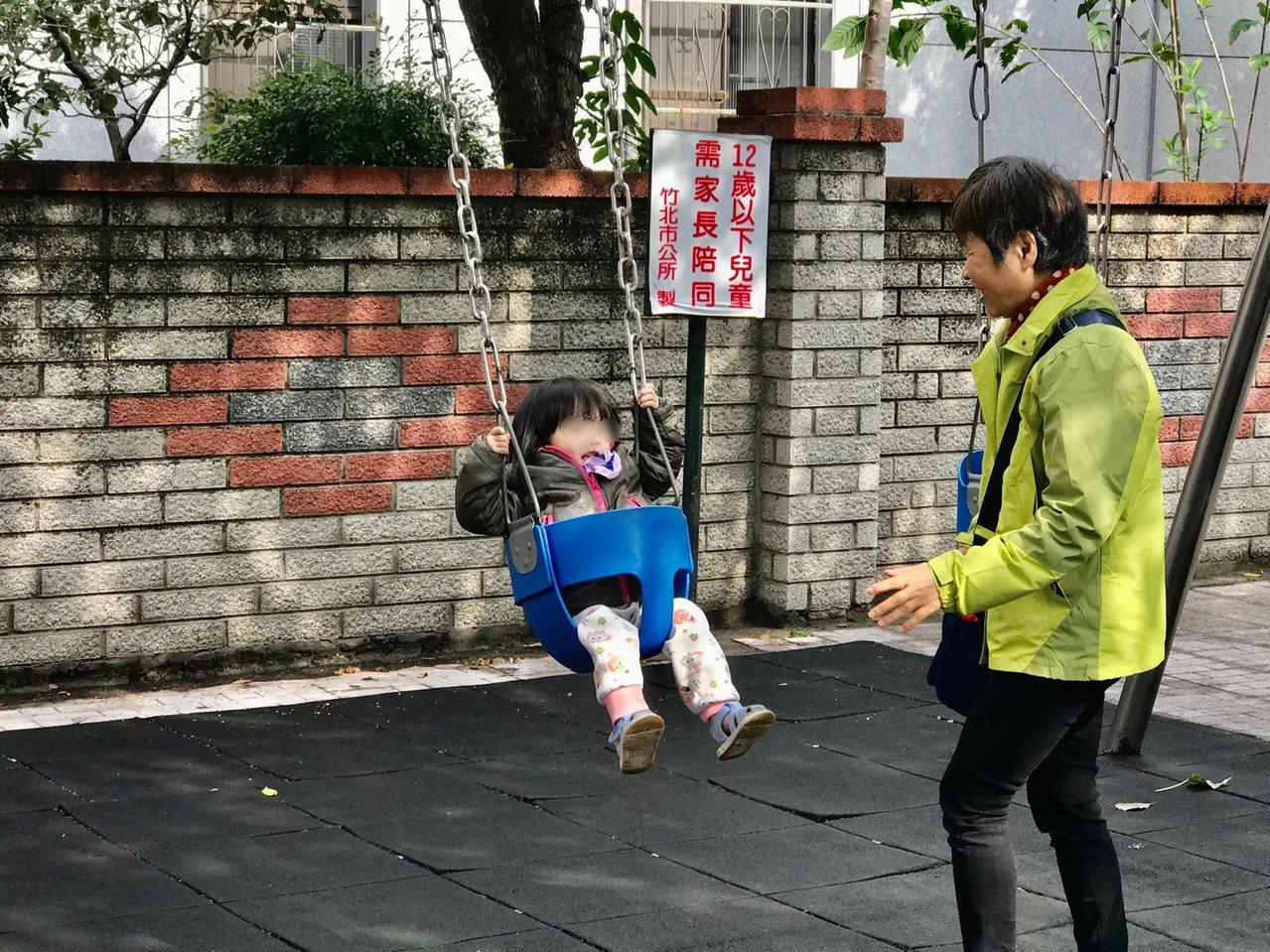 新竹縣竹北市豆子埔公園集合4種不同形式的鞦韆,尿布型鞦韆適合年幼孩子使用。記者郭...