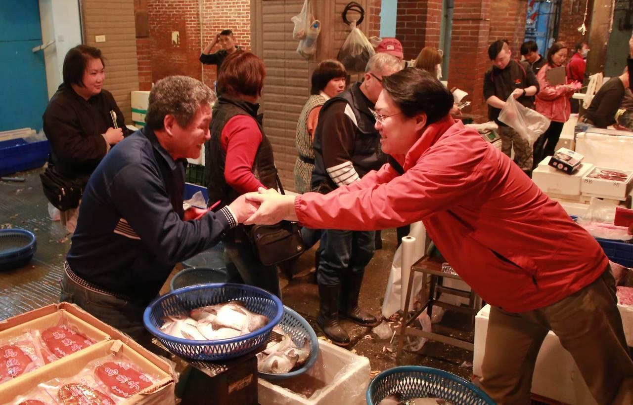 「台版築地」崁仔頂魚市春節到買氣旺,林右昌發紅包。圖/基隆市政府提供