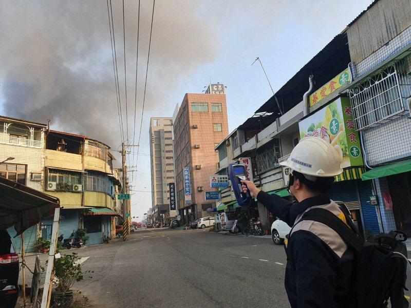 高雄楠梓區一處工廠倉庫清晨發生火警,環保局稽查人員到場監測空氣品質。圖/高雄市環保局提供