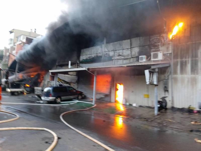 高雄市楠梓區東昌街鐵皮倉庫火警,火勢猛烈還伴隨濃烈黑煙。聯合報系記者賴郁薇/翻攝