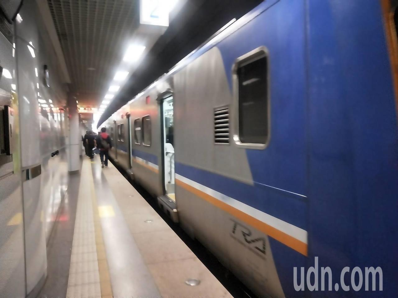 火車大誤點 台鐵:8點34修復影響56列次、2萬3850人。記者游明煌/攝影