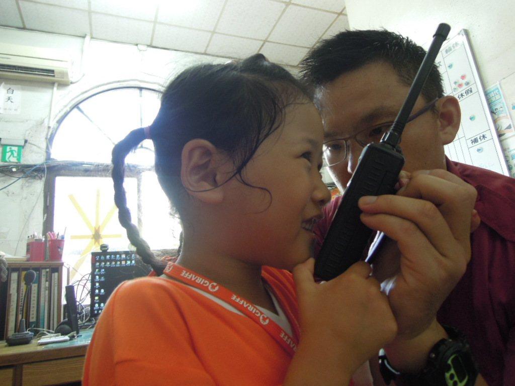 小朋友於1月19日可前往台南市消防分隊參觀,體驗使用無線電。圖/台南市消防局提供