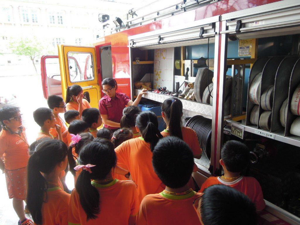 台南市57個消防分隊,將於1月19日開放民眾參觀,專人介紹消防車。圖/台南市消防...