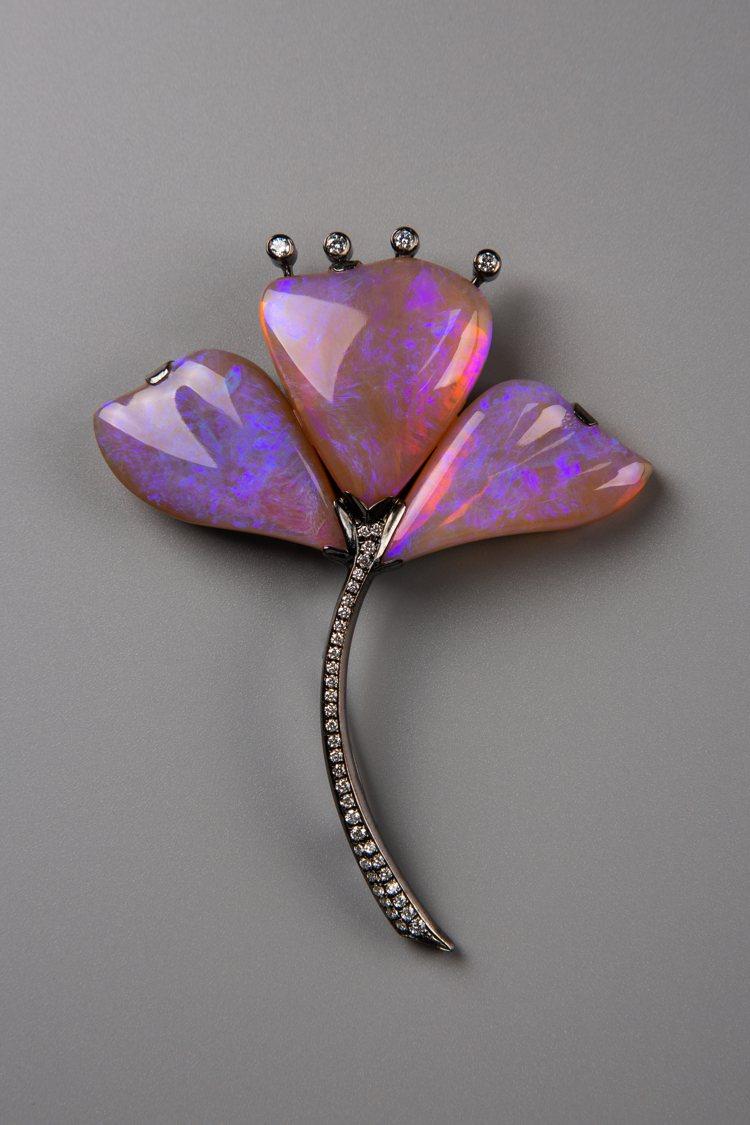 紫色蛋白石鑽石胸針,約58萬元。圖/龔遵慈提供