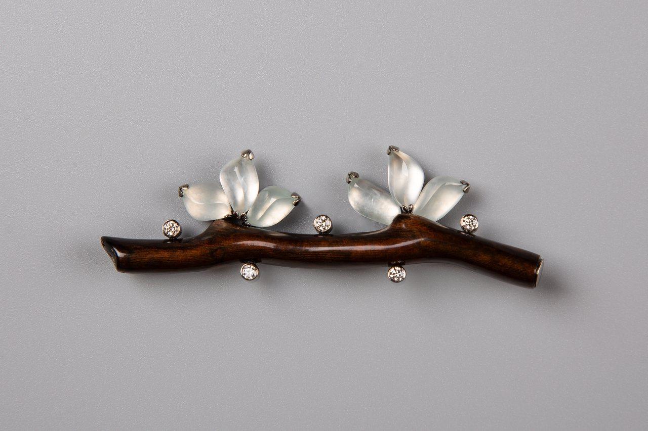 冰種小翡翠鑽石黑珊瑚枝胸針,約29萬元。圖/龔遵慈提供