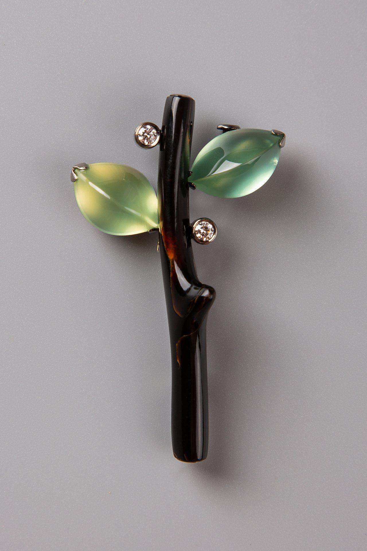 綠葡萄石黑珊瑚枝胸針,約28萬元。圖/龔遵慈提供
