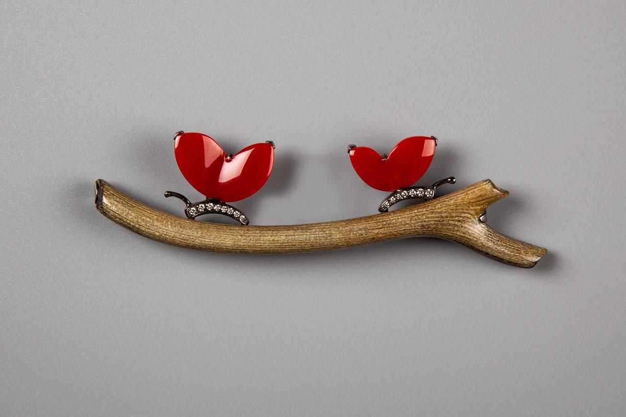 紅珊瑚蝶鑽石胸針,約32萬元。圖/龔遵慈提供