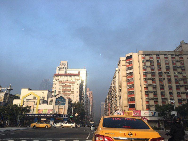 高雄楠梓區工廠今晨火災,濃煙往南高雄蔓延,有民眾清晨7點多在前鎮區一心路拍下大片黑色煙霧籠罩市區的狀況。圖/讀者提供