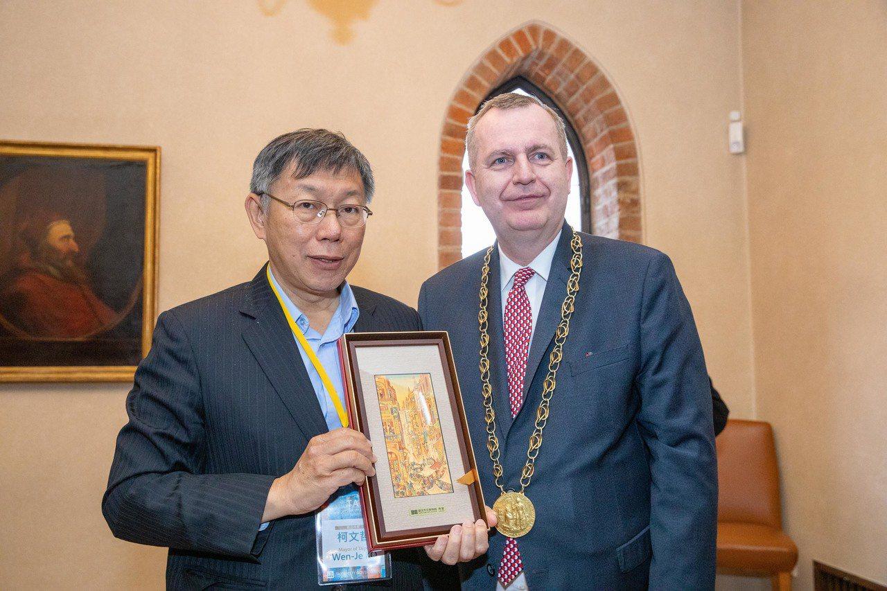 目前人在歐洲出訪的台北市長柯文哲說,兩岸間經貿交流相當密切,基於這個理由,即便政...