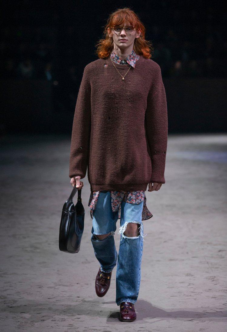 率性的破褲和寬鬆剪裁的毛衣內搭碎花襯衫,混搭帥氣與陰柔。圖/Gucci提供