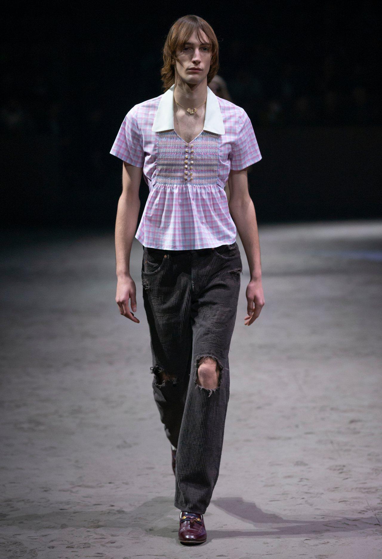 可以見到許多女裝剪裁的服飾出現在男模的身上。圖/Gucci提供