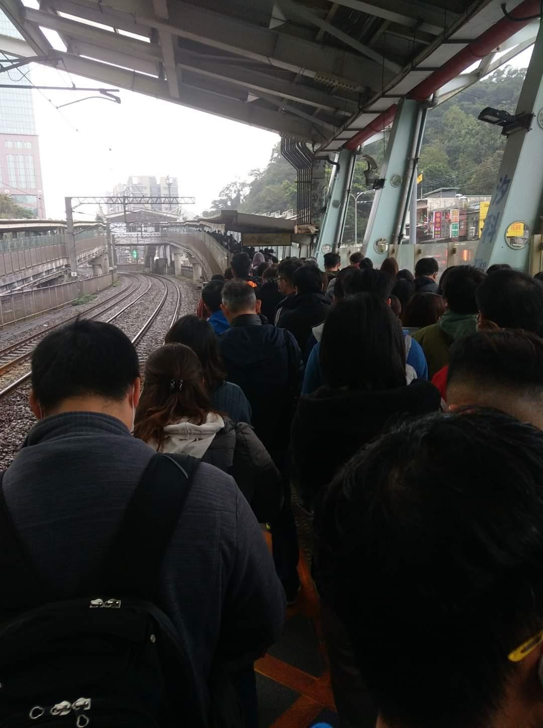 台鐵誤點,月台上塞滿趕著上班的民眾。圖/擷取自FB「汐止集團」