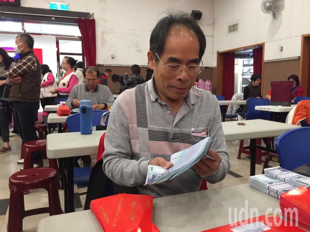 彰化市平和里里幹事李壽傳到今年已第15年來點鈔,而他明天就要退休,這也是他最後一...