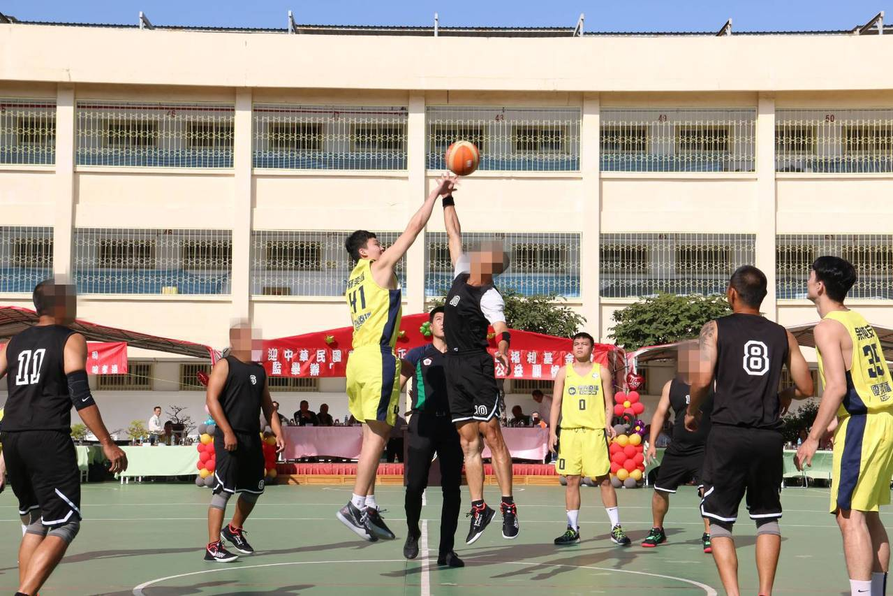 九太科技隊與中監同學隊跳球,開始趣味公益賽。圖/九太科技隊提供