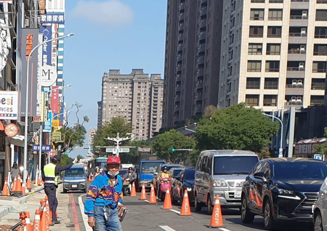 桃園捷運綠線相關工程今天上午圍籬準備施工,三角錐壓在車道線上,機車完全沒有行駛空...
