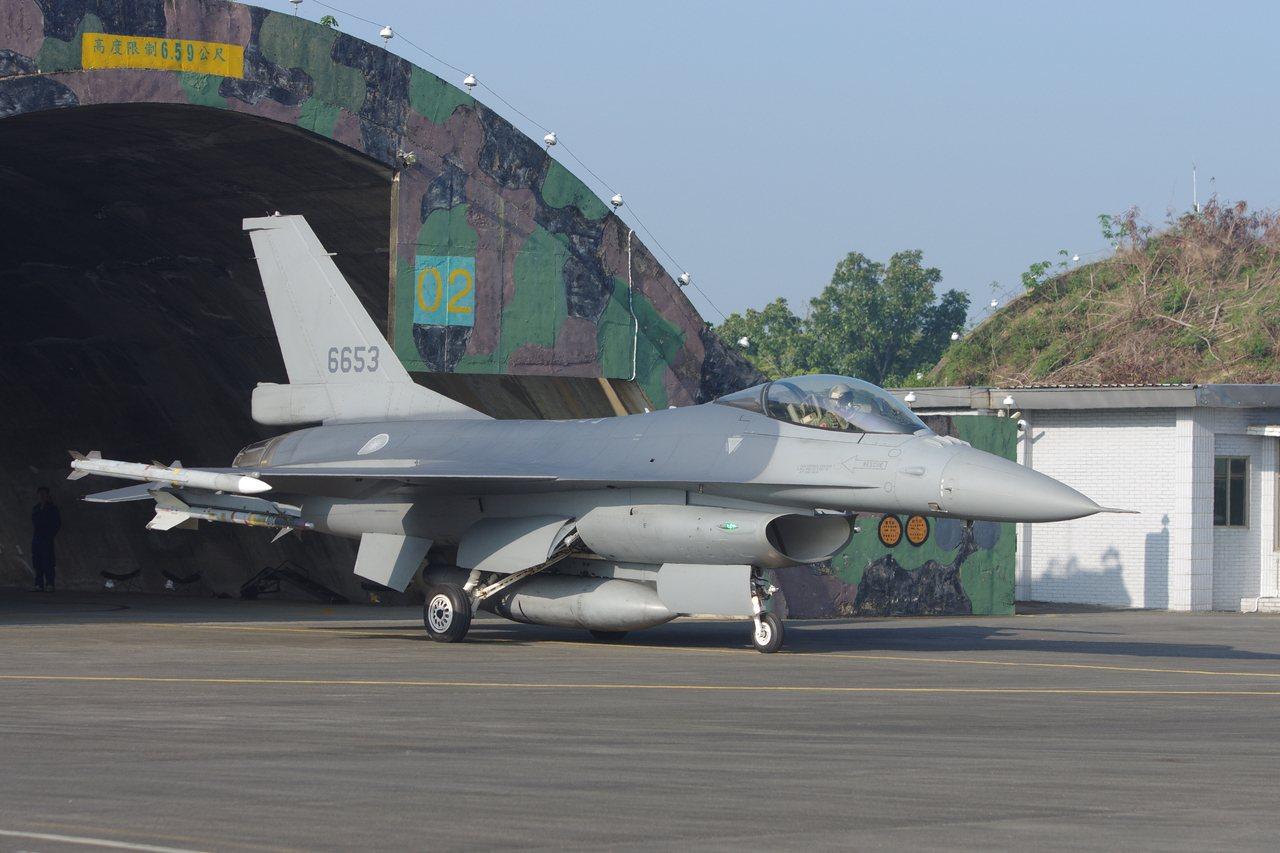 F-16從跑道頭警戒機堡滑出,準備緊急起飛。記者程嘉文/攝影
