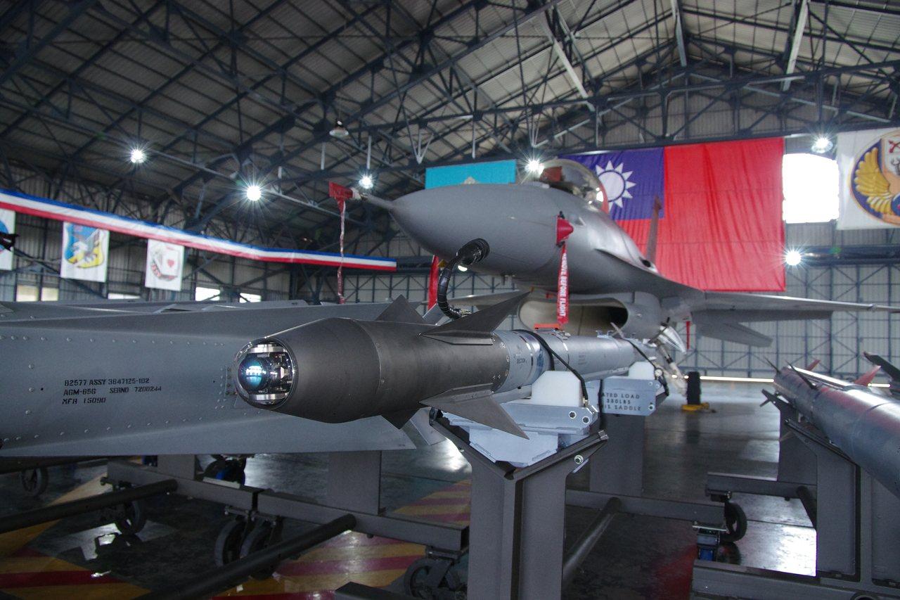 F-16展示各型彈藥,畫面中央是AIM-9X的尋標頭特寫。記者程嘉文/攝影