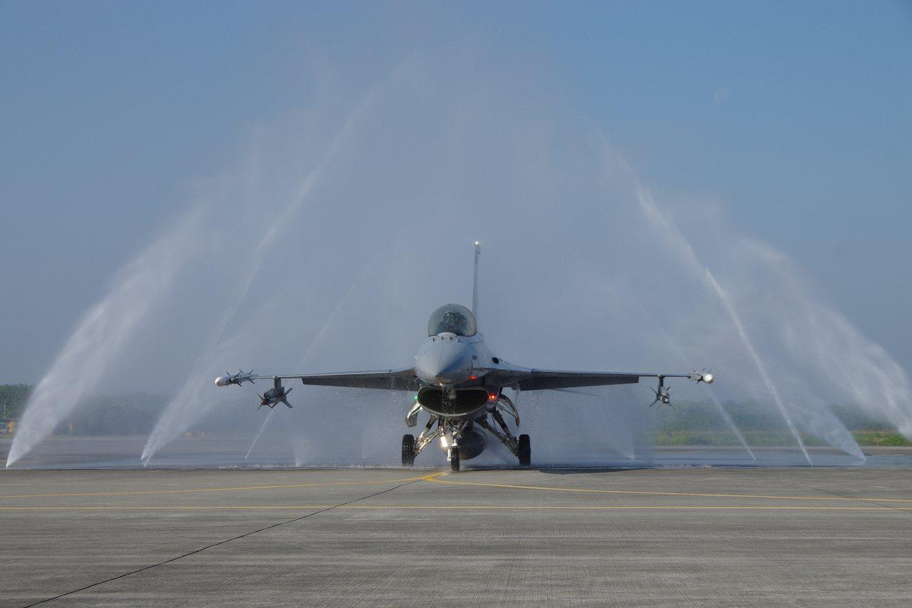 F-16從沖洗水幕中滑出。記者程嘉文/攝影