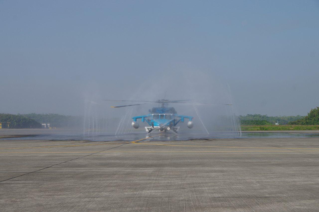 S-70C-6直升機進行清洗。記者程嘉文/攝影