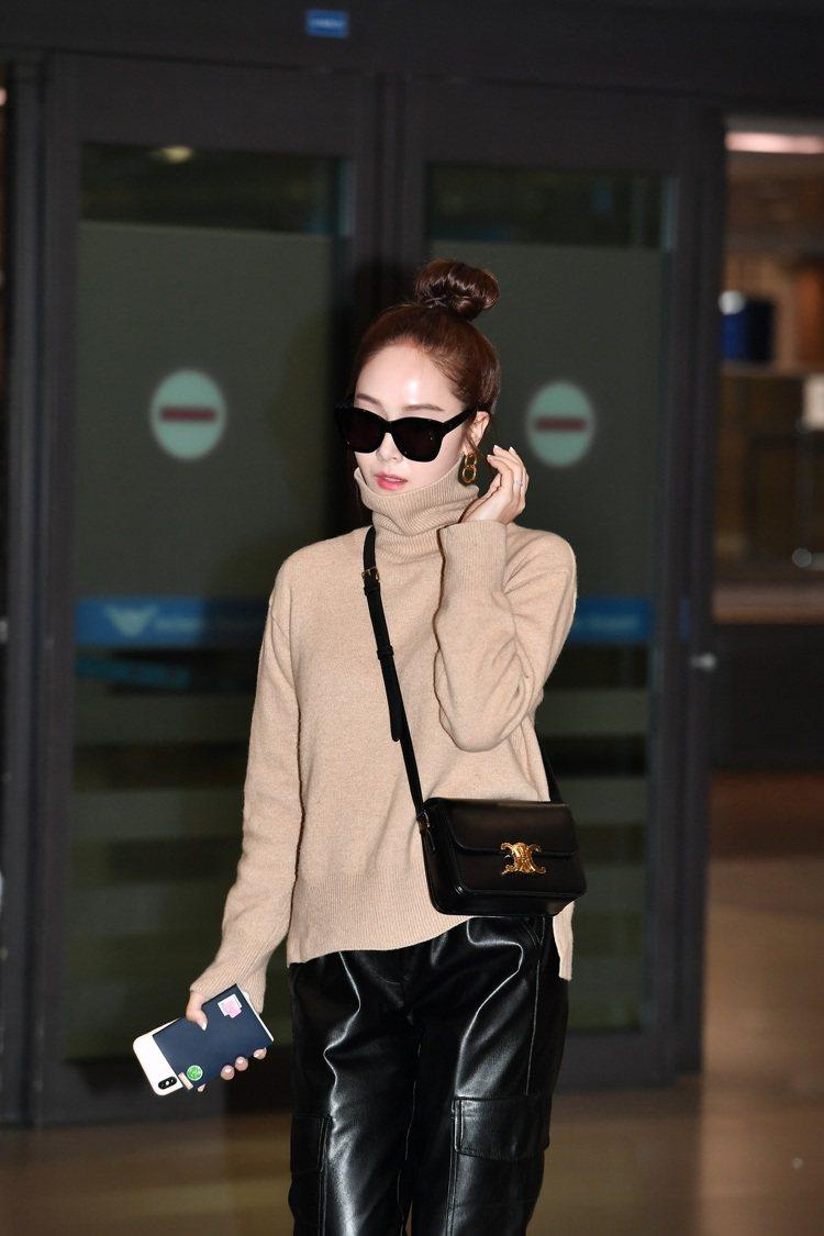 Jessica的機場穿搭配襯Triomphe顯得貴氣。圖/CELINE BY H...