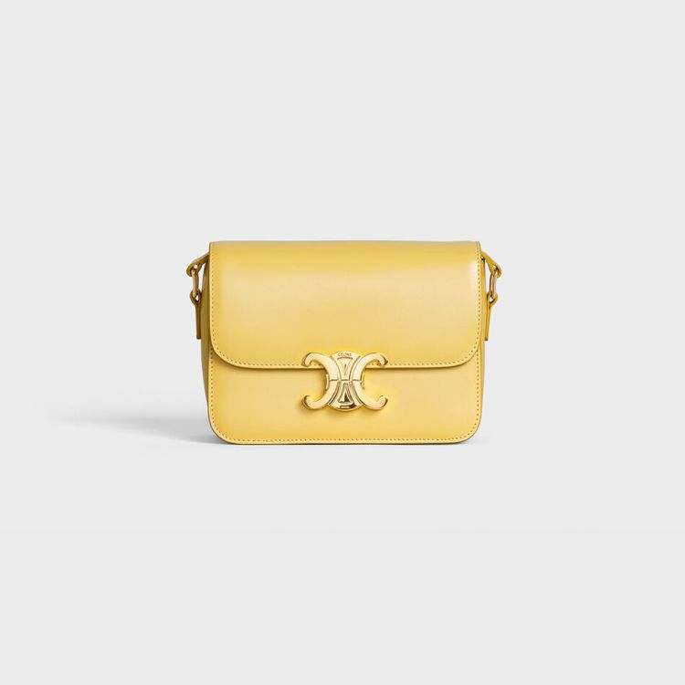 Triomphe檸檬黃色亮面小牛皮小型肩背包,售價10萬5,000元。圖/CEL...