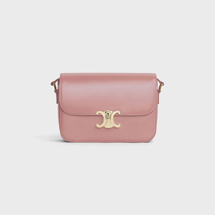 Triomphe復古粉色亮面小牛皮中型肩背包,售價11萬5,000元。圖/CEL...